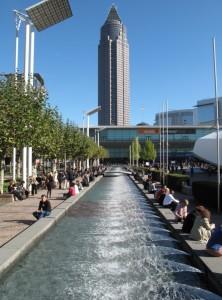 Frankfurter Buchmesse 2011 - Blick von den Hallen aufs Forum u. Messeturm