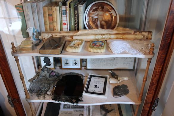 Lena Christ_Schrank mit diversen Gegenständen